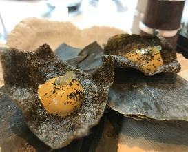 Seaweed cracker with smoked mussel