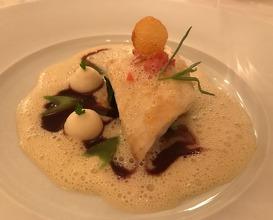 Seezunge , Petit Bateau auf Pinien-Spinat mit Sauce Pomerol und Cha blis-Crême