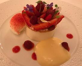 """Delice von Erdbeeren und Rhabarber Fromage Blanc"""" mit Joghurt-sorbet und Holunderbläten-Sabayone"""