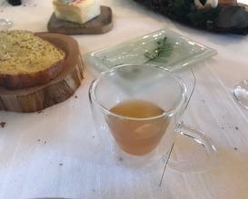 Ce faux caviar du Léman, gelée tremblotante, crème de tussilage