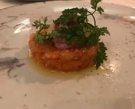 Tartare di salmone alle radici d'autunno  // Lachs-Tartare mit Herbst-Würzeln-Variation