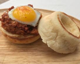 BRIOCHE COJONUDO® Desmigado de chorizo de Ronda, cebolla dulce, salsa chipotle y huevo frito de codorniz.