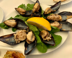 Midge-dolma (mussels stuffed with rice)