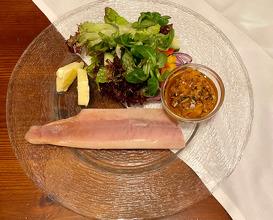 Geräuchertes Saiblingsfilet vom Schlossgut Dornau mit pikantem Kürbischutney und Salatbukett