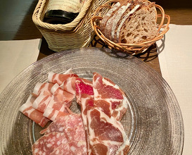 Late night charcuterie at  ラカーヴデランパール Cave des Remparts
